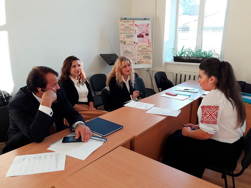 Державна екзаменаційна комісія приймає теоретичну частину комплексного фахового іспиту у студентки Бендас Тетяни