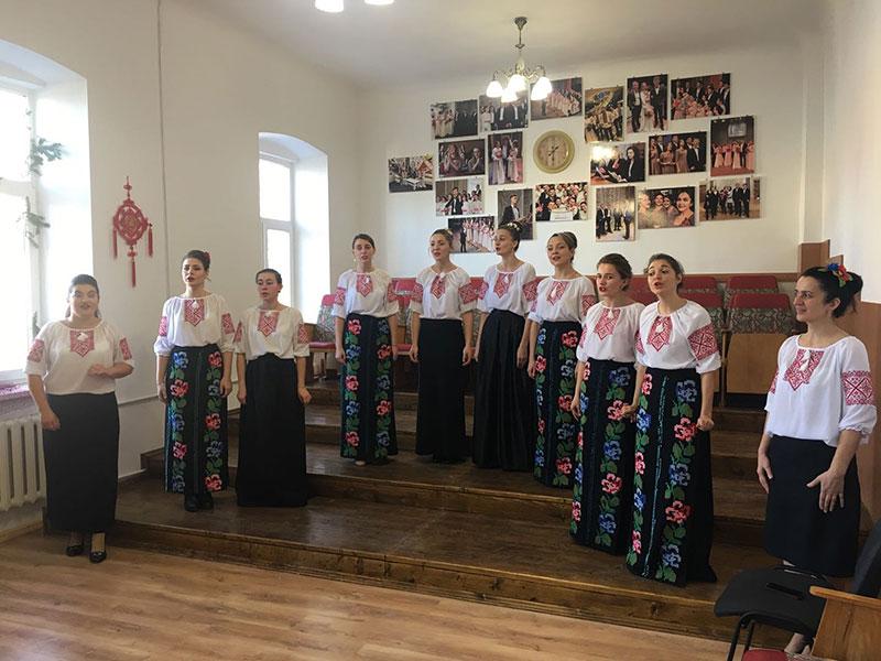 Співає вокальний ансамбль студентів-заочників під керівництвом магістрантки Бендас Тетяни