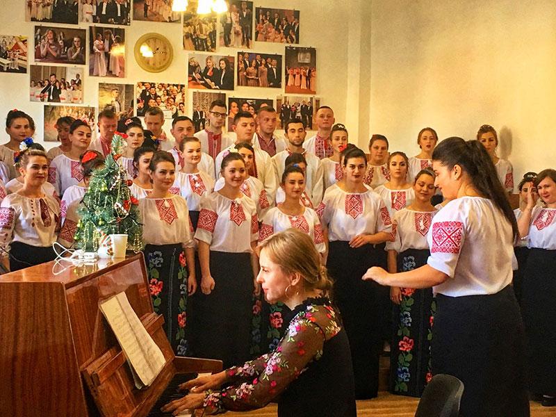 Магістрантка Бендас Тетяна диригує хором студентів заочної форми навчання