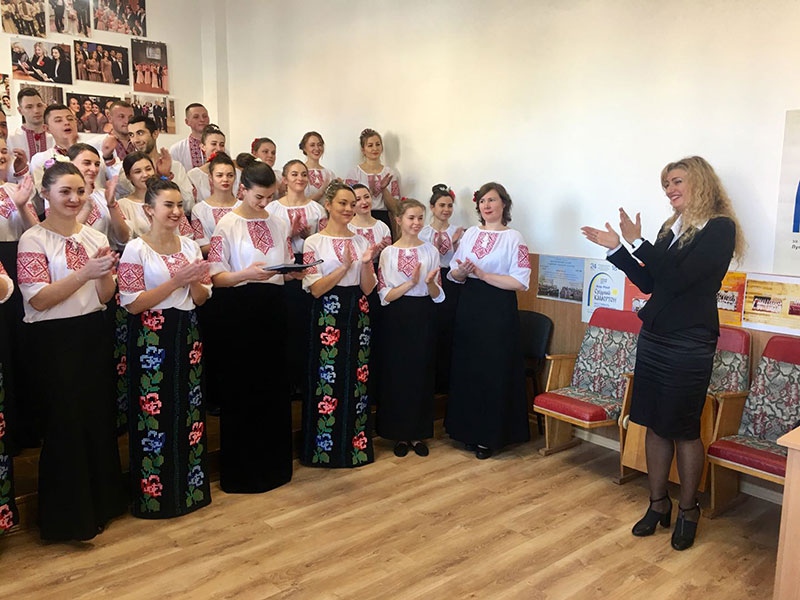 Голова державної комісії Надія Селезньова вітає хор заочників з успішним виступом