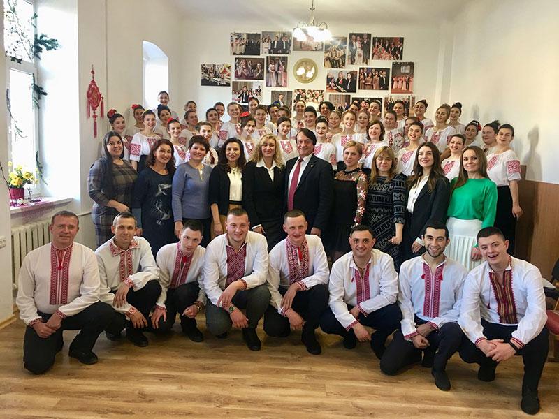 Хор заочної форми навчання з членами екзаменаційної комісії й викладачами кафедри